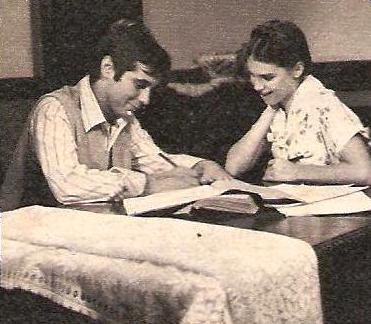 """Rubinho (Lauro Góes) e Irene (Lídia Brondi) em cena de """"O Feijão e o Sonho""""."""