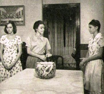 Maria Rosa (Nívea Maria) entre as filhas Anita (Míriam Rios) e Irene (Lídia Brondi).