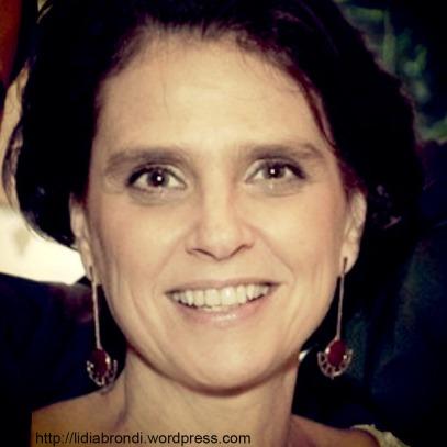 """Detalhe da foto divulgada pela revista """"Quem"""": Lídia Brondi em seu casamento, maio de 2013."""